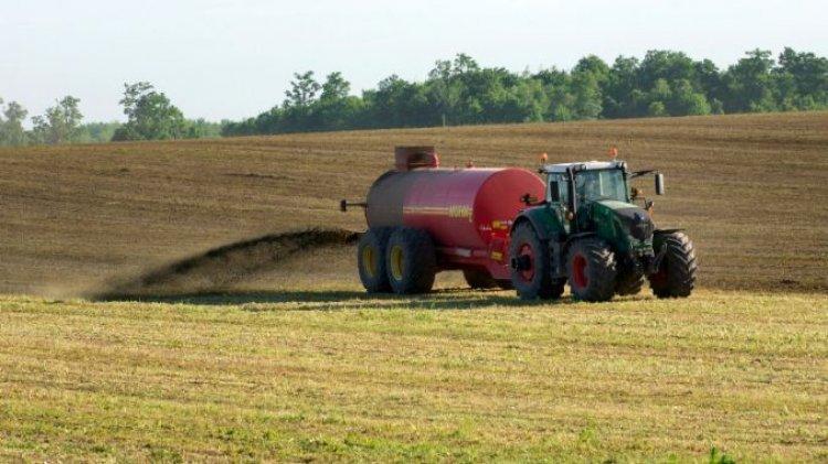 Fermierii care folosesc ingrasamant de grajd pentru fertilizarea terenurilor agricole risca amenzi de pana la 100.000 RON